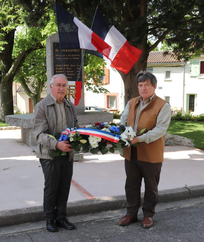 Didier Maerten et Etienne Crespy déposent une gerbe au pieds du monument aux morts de Souilhanels