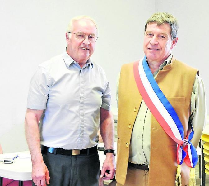 Passation de l'écharpe de Maire entre Étienne Crespy et Didier Maerten.